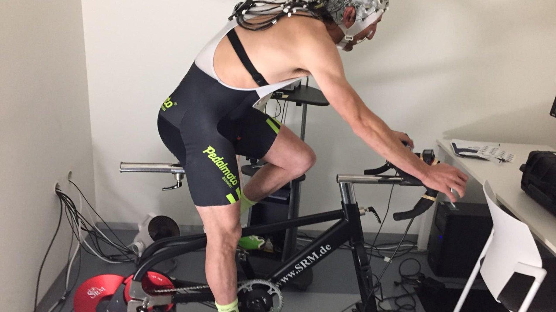 Participante en un estudio sobre la influencia de la estimulación cerebral en el rendimiento deportivo.