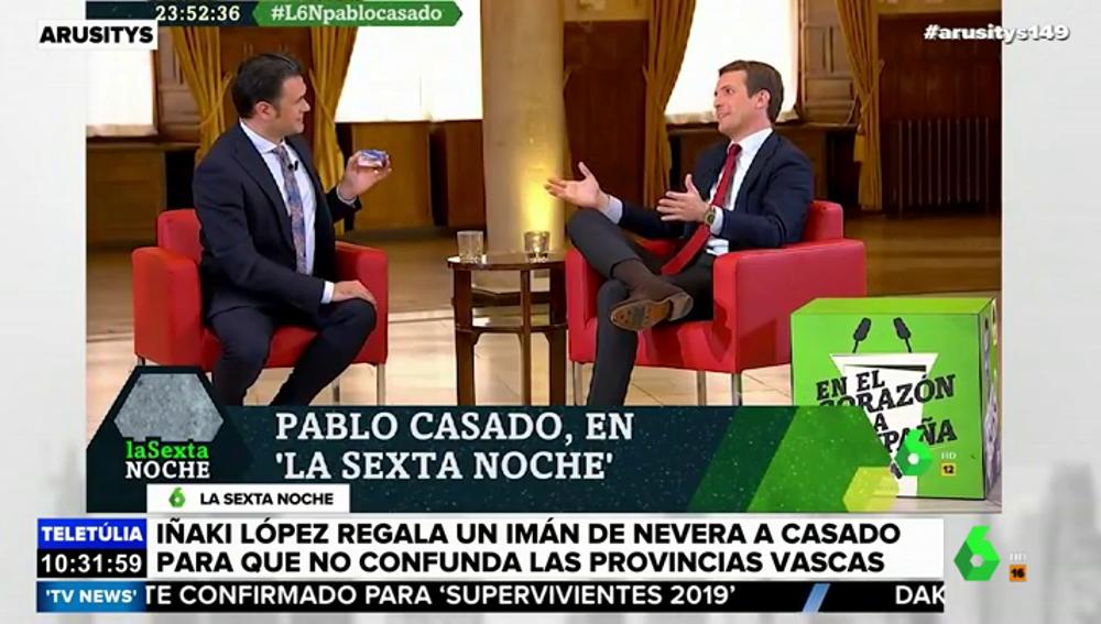 Iñaki López regala un imán a Pablo Casado para que no confunda las provincias vascas