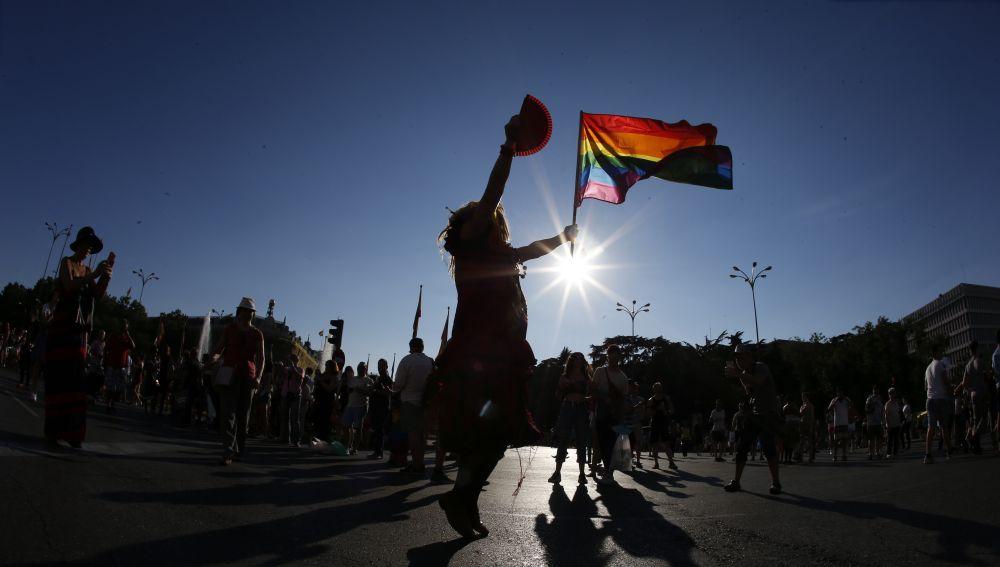 Mujer con una bandera LGTBIQ