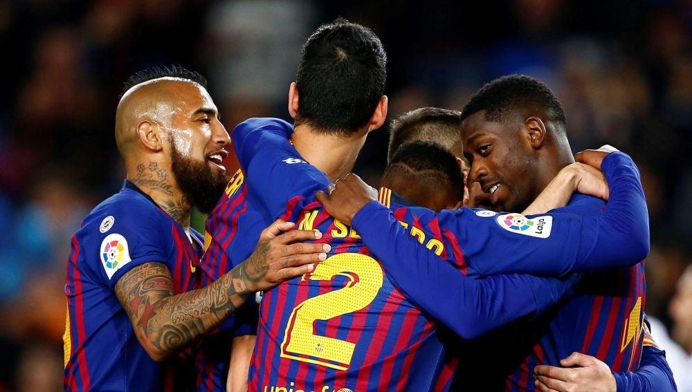Los jugadores del Barcelona celebran un gol ante la Real Sociedad