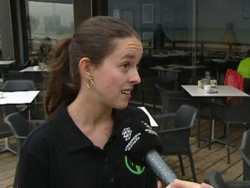 Una camarera hablando del temporal