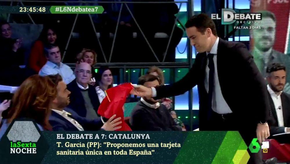"""Teodoro García Egea le regala una bandera de España a Gabriel Rufián: """"Esto garantiza que tú puedas expresarte libremente"""""""