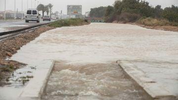 Imagen de una carretera inundada en Torrevieja tras la gota fría que ha azotado Alicante