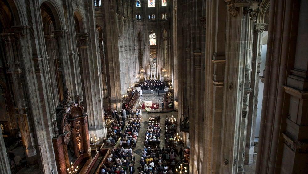 Riden homenaje a los bomberos de París por sofocar el incendio de Notre Dame en la misa de Pascua