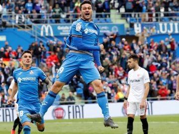 Jorge Molina celebra un gol ante el Sevilla en el Coliseum