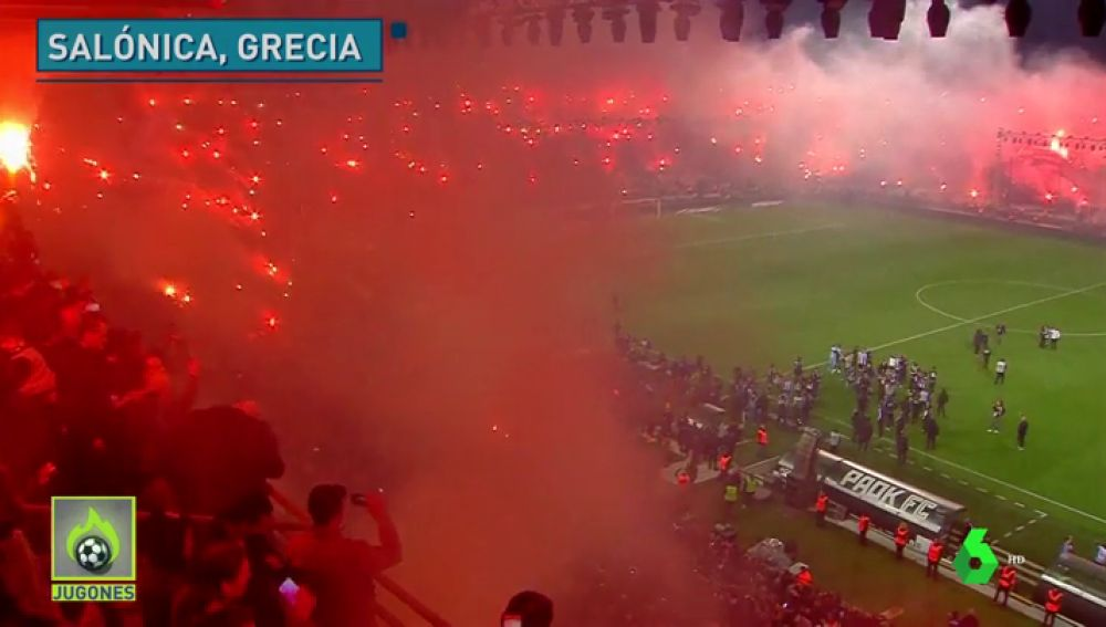 La salvaje fiesta del PAOK tras ganar la liga griega 34 años: cientos de bengalas