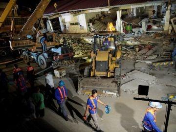 Vista general de un edificio derruido tras un terremoto en Pampanga (Filipinas)