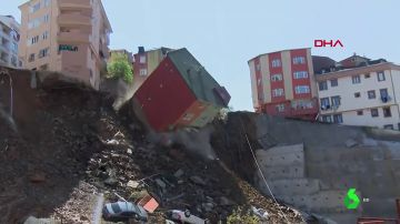 Un edificio de cuatro plantas se derrumba en Estambul