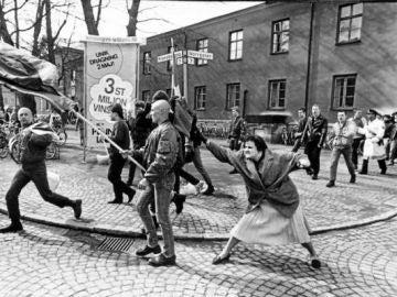 El momento en el que Danuta Danielsson golpea en la cabeza a un manifestante neonazi