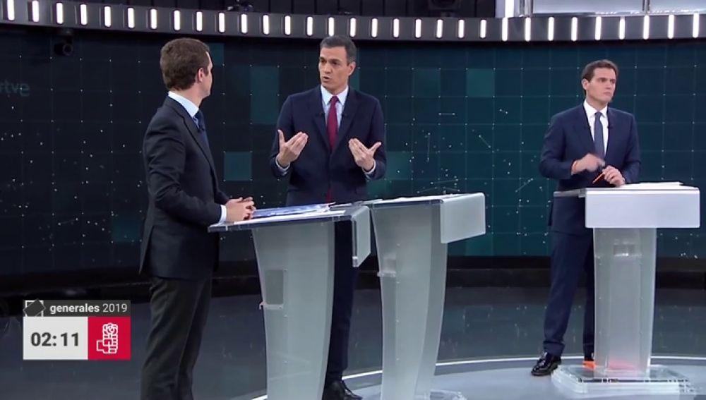 """Sánchez, a Casado y Rivera: """"Díganles a sus amigos ausentes de la ultraderecha que el vientre de una mujer no es un taxi y no se alquila"""""""