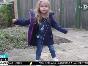 La historia de superación de Victoria, la niña que nació con las piernas hacia atrás y sin huesos