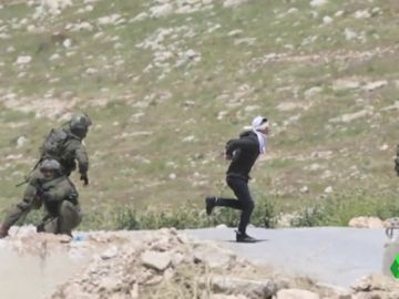 Maniatado y con los ojos vendados: así trata de huir un estudiante de 16 años de los disparos del ejército israelí