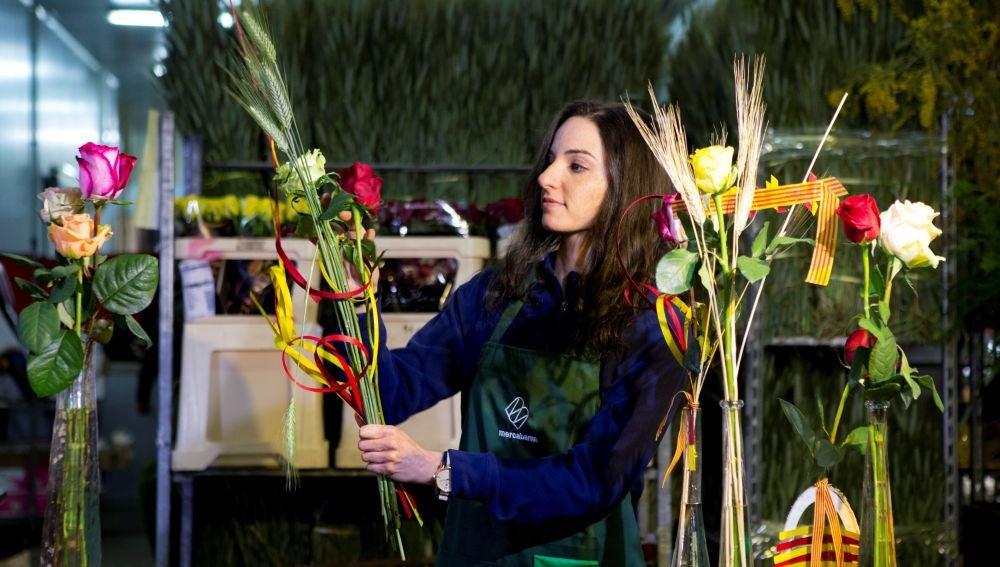 Una joven prepara rosas en el mercado mayorista de la flor de Mercabarna