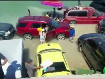 Una veintena de coches quedan inundados tras la subida de la marea en una playa de México