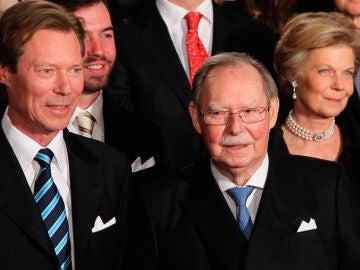 Foto de archivo del gran duque Juan de Luxemburgo (dcha), acompañado por el gran duque Enrique de Luxemburgo (izq)