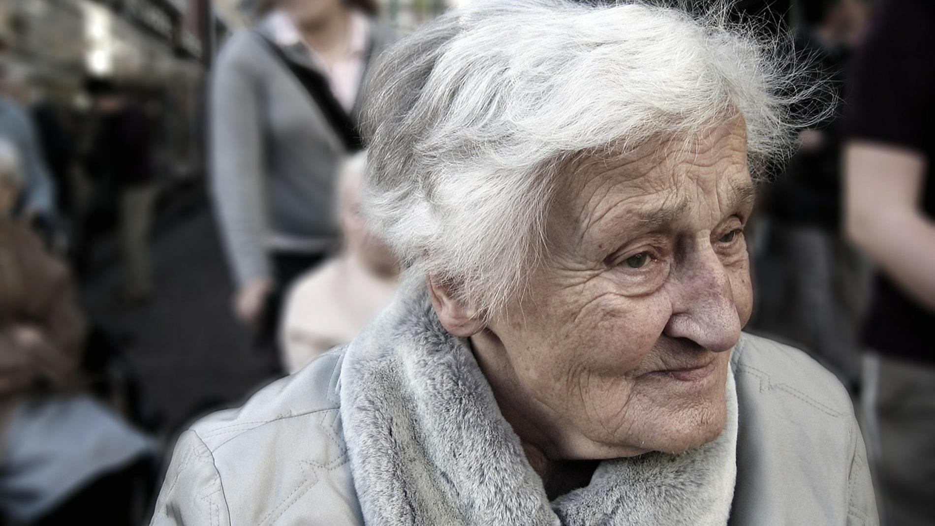 mujer mayor por la calle