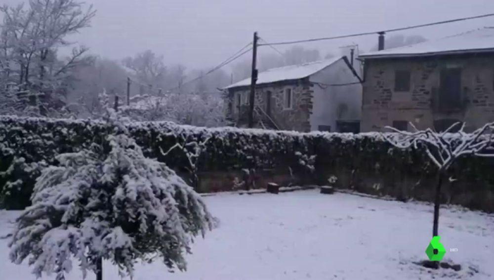 Vuelve la nieve invernal en primavera: baja la cota hasta los 700 metros