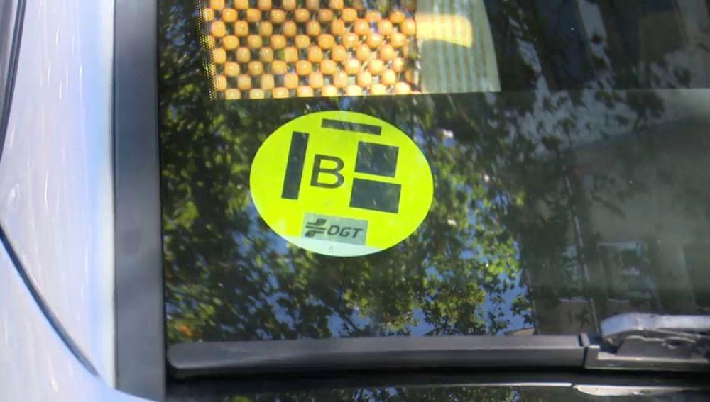 El uso de las etiquetas medioambientales de la DGT en los vehículos ya es obligatorio en Madrid