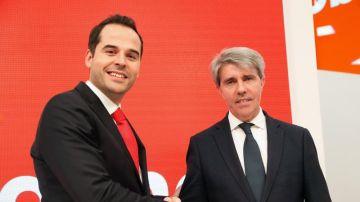 Ángel Garrido con Ignacio Aguado durante la rueda de prensa