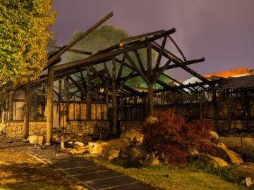 El fuego ha calcinado prácticamente al completo las instalaciones termales de A Chavasqueira