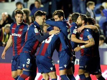 Los jugadores del Levante celebran un gol