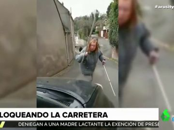 A 'muletazos': así se enfrenta una mujer a un conductor que le grita por bloquear la carretera