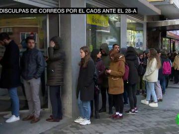Correos se disculpa por el caos ante el 28A: los sindicatos achacan las largas colas a la falta de previsión
