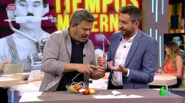 ¿Se puede cargar el móvil con una patata, un tomate y una moneda? Miki Nadal lo demuestra en Zapeando