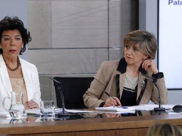 La portavoz del Gobierno y ministra de Educación, Isabel Celaá, y la ministra de Sanidad, María Luisa Carcedo