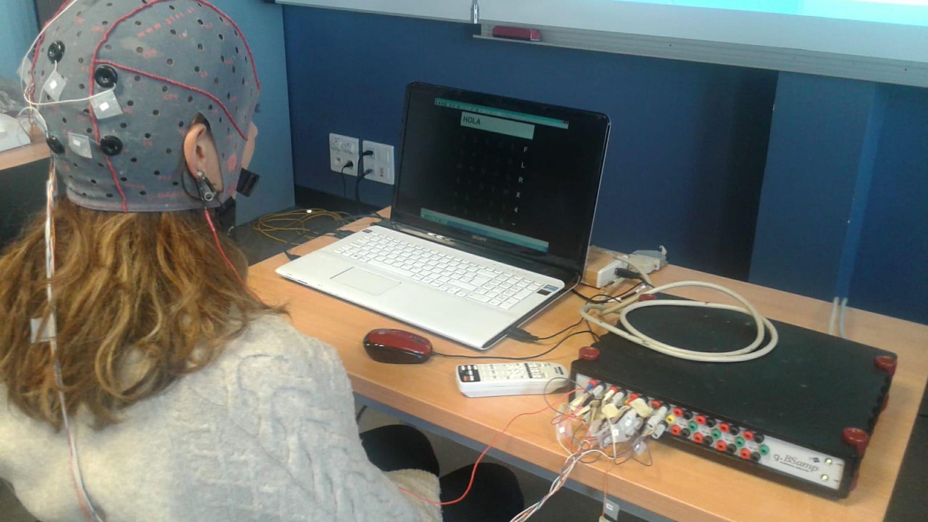 Un sistema cerebro maquina ayuda comunicarse a personas con paralisis muscular