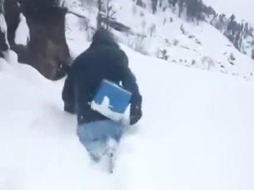 El emocionante vídeo de un hombre andando entre toneladas de nieve para llevar vacunas a niños pakistaníes