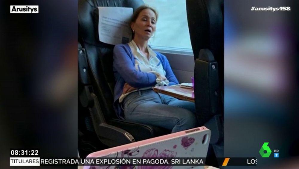 La inaudita fotografía de Isabel Preysler durmiendo con la boca abierta en el tren