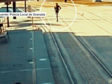 Un policía local salva a una mujer ciega a punto de ser arrollada por el metro en Granada