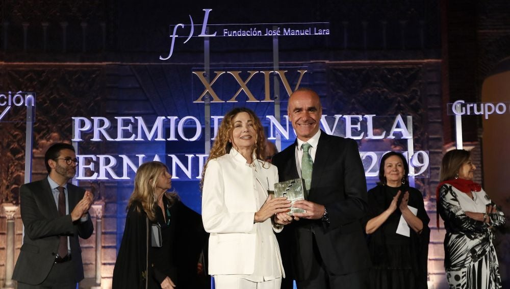 La escritora Angela Becerra recibe de manos del delegado de Cultura de Sevilla el galardón