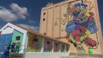 Imagen de silos de Ciudad Real pintados por artistas urbanos junto a jóvenes con discapacidad