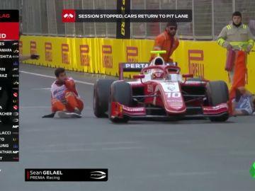 Tremendo susto en la Fórmula 2: un coche casi atropella a dos mecánicos en el GP de Azerbaiyán