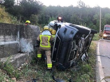 Imagen de cómo ha quedado una furgoneta tras salirse de la carretera y volcar en el arcén en Girona