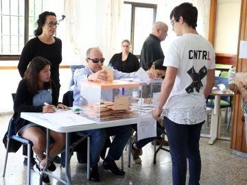 Antonio Acosta, primer sordociego de España que preside una mesa electoral.