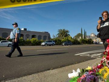 Imagen de flores colocadas por las víctimas de un atentado