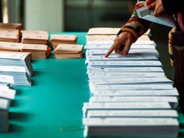Imagen de archivo de una persona seleccionando una papeleta