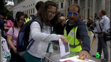 Una persona con discapacidad intelectual votando