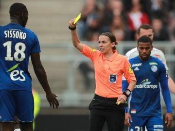 Stephanie Frappart, primera mujer en arbitrar en Ligue 1