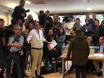 Un interventor de Vox exige estar durante la votación de Pedro Sánchez pese a la falta de espacio