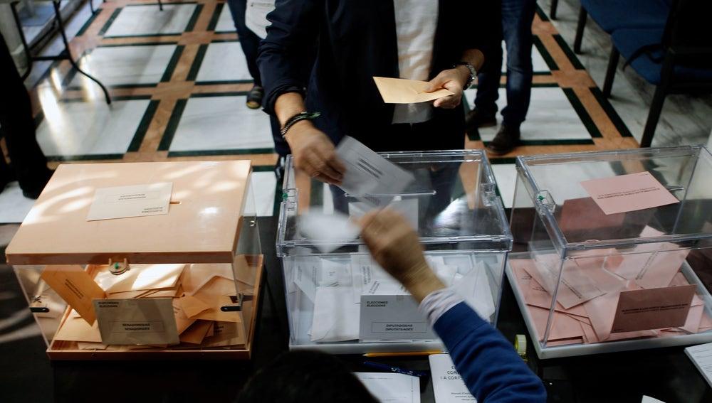 Los valencianos eligen en la misma jornada electoral sus representantes en Les Corts Valencianes
