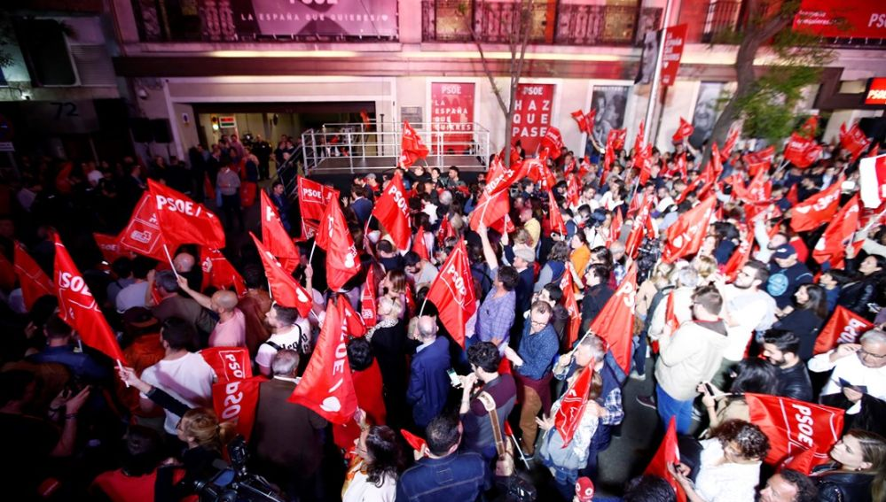Militantes socialistas frente a la sede de Ferraz