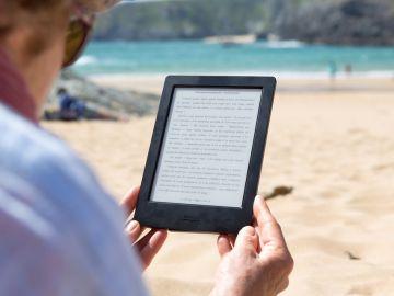 Mujer leyendo un libro electrónico