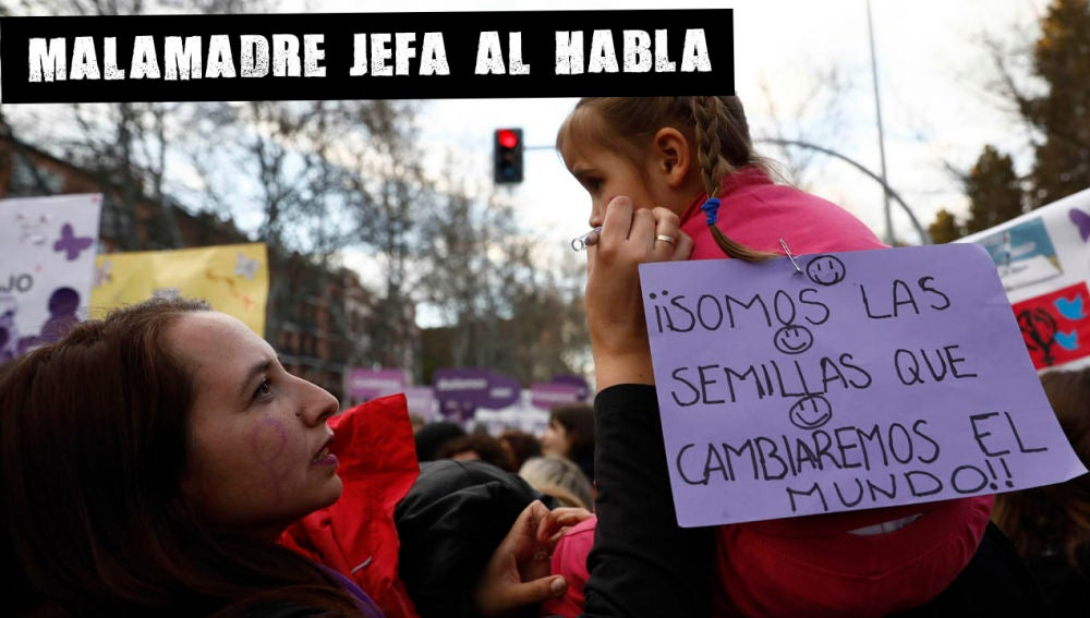 Una mujer con una niña durante la manifestación feminista del 8M en Madrid