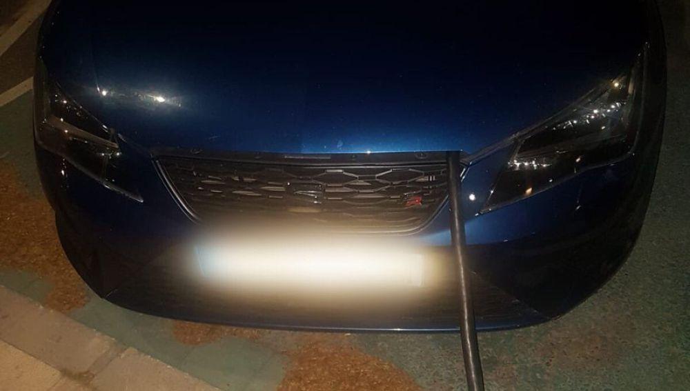 Un conductor simula cargar un coche eléctrico, aunque es gasolina