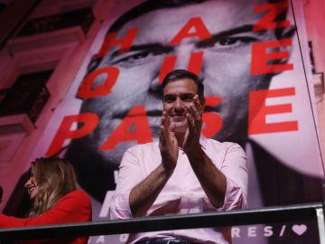 Pedro Sánchez celebra en la sede del PSOE la victoria electoral.