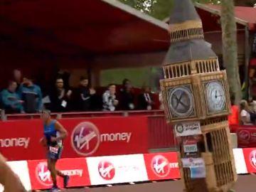Un corredor, disfrazado de Big Ben en la maratón de Londres